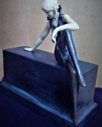 """Скульптура """"Девушка на камне"""""""